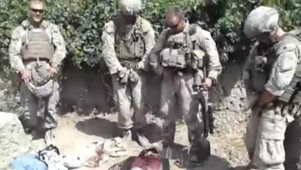 Marines orinando sobre cadáveres en Afganistán