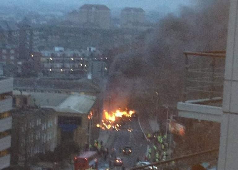 Un helicóptero se estrella en Londres. Una columna de humo se eleva en el centro de Londres debido a la colisión de un helicóptero.