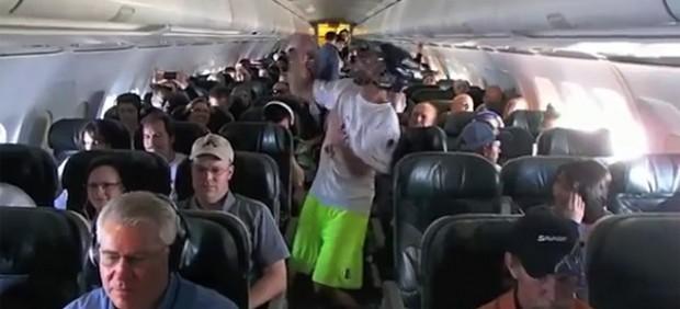 Polémico Harlem Shake en un avión