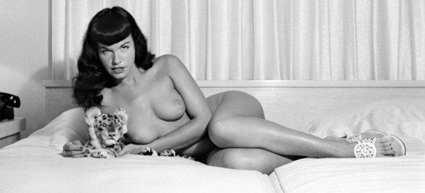 ´Bettie Page reclining with stuffed animal´