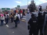 Los maestros bloquean la Autopista del Sol