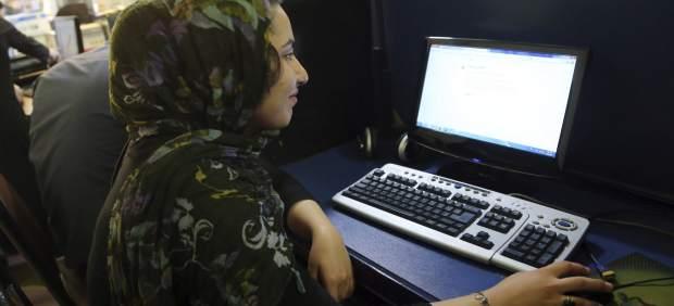 Una joven iraní navega por internet en un cibercafé en Tehrán