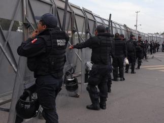 Muro vigilado por la policía