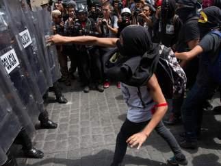 Manifestantes se enfrentan con granaderos