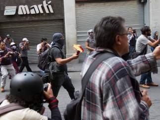 Manifestantes en enfrentamientos con Granaderos