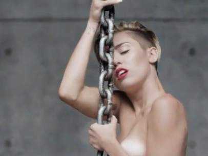 Miley Cyrus en su nuevo videoclip Wrecking Ball