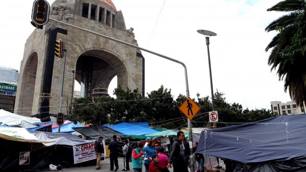Planton en el Monumento a la Revolución