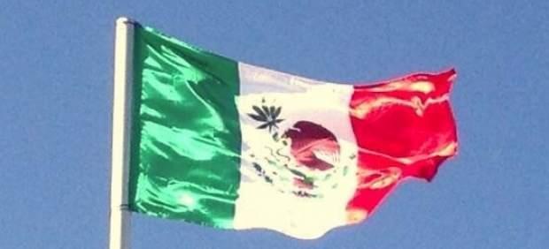 Bandera de México con una hoja de marihuana