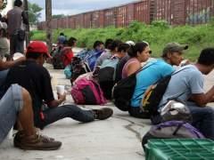 Inmigrantes viajan en La Bestia