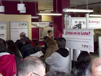 Mexicanos abarrotan módulos del IFE