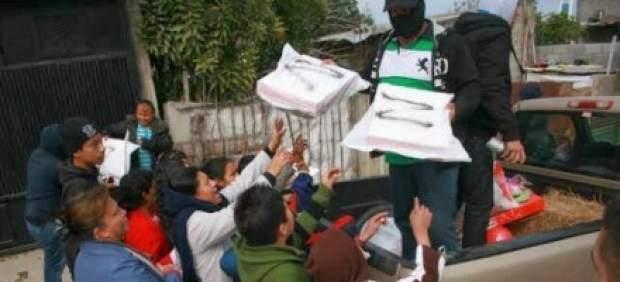 Zetas entregando roscas de Reyes