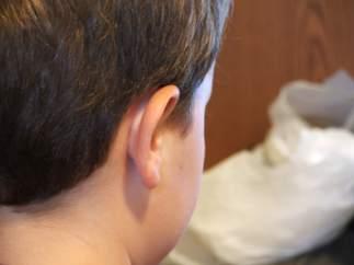 Un niño, de espaldas