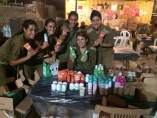 Soldados israelíes reciben cosméticos de la marca Garnier.