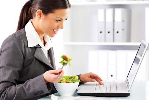 Pautas de higiene comer sin riesgos en la mesa de la oficina for Comida oficina