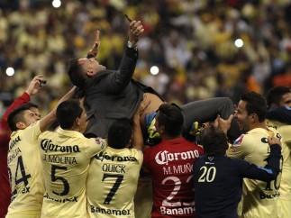 Antonio Mohamed en el aire