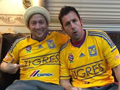 Rob Schneider y Adam Sandler con camisetas de Tigres