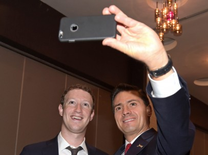 Enrique Peña Nieto se tomó una selfie con Mark Zuckerberg