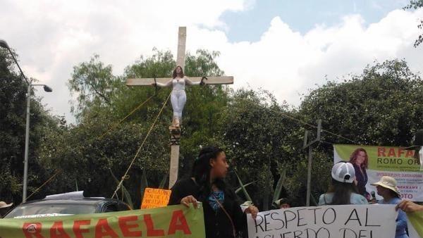 Una mujer se 'crucifica' frente a las instalaciones del INE porque pierde una candidatura