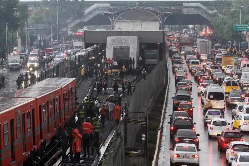 Investigación. Personal de seguridad y del sistema metro trabajan en el exterior de la estación Oceanía, en la Ciudad de México.