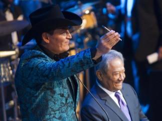 José Manuel Figueroa recibe un premio a nombre de su padre
