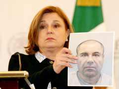 Arely Gómez con la foto del Chapo
