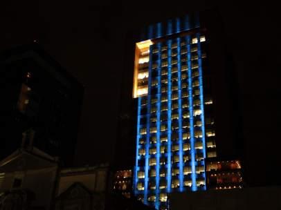 Iluminan de azul el edificio de la SRE