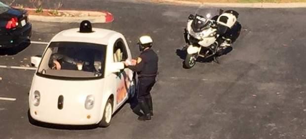 Agente de policía de California intenta multar un coche de Google por ir demasiado lento
